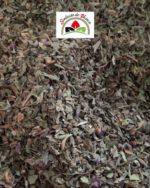 feuilles de basilic séchées et coupées