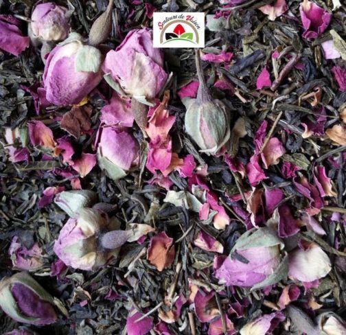 Thé vert en vrac aux fruits de Provence avec des fleurs