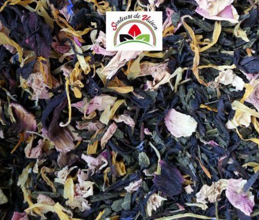mélange de thés verts et thés noirs avec des fleurs